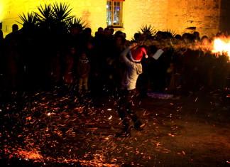 El foc pren els carrers d'Onil en La Nit dels Fatxos