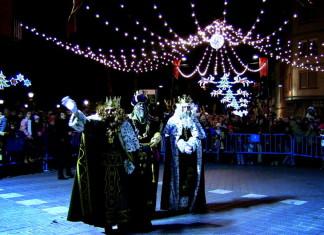 La cavalcada dels Reis Mags d'Orient passa per Castalla deixant regals a tots els xiquets