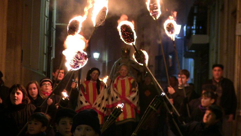 El Rei Pàixaro cavalca entre fogueres i danses un any més a la vila de Biar