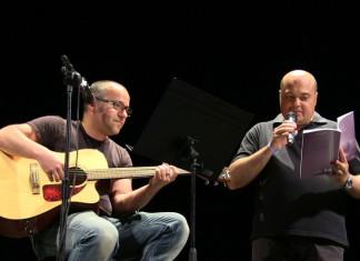 Manel Arcos presenta 'El Vol del Silenci' envoltat d'amics al teatre l'Olimpia d'Oliva