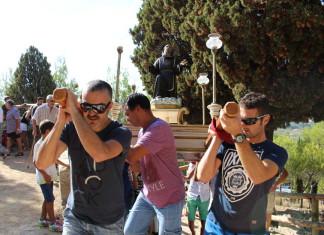 Gaianes celebra el dia del patró Sant Francesc de Paula amb la tradicional pujada a l'ermita