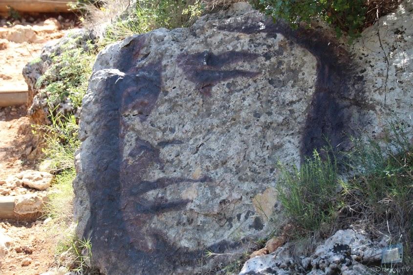 Pintura on es reflecteis el rostre d'Ovidi Montllor, de camí al castell de Carrícola