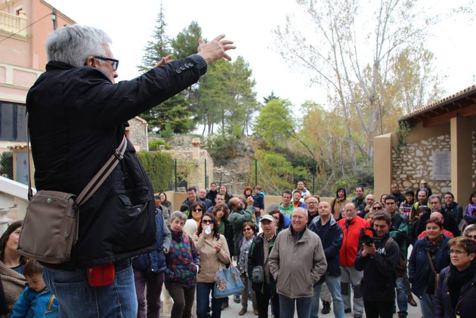 Daniel Climent explica la seua rondalla al llavador de Penàguila.