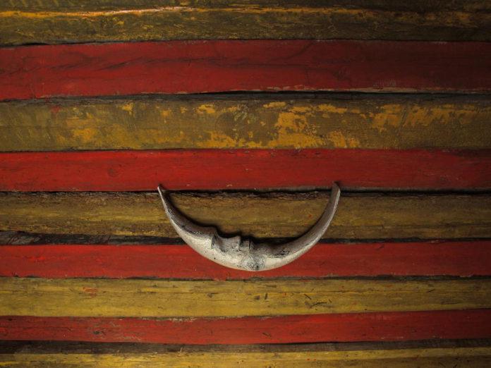 Una senyera per a Diània, 2009, fusta, acrílic i zamak
