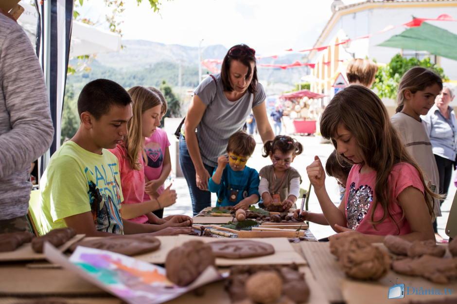 La Fira Artesanal de Beniardà clou la desena edició amb una jornada festiva i familiar